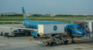 Embarcadouro do avião no aeroporto fotografia de stock royalty free