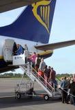 Embarcando um jato de Ryanair   Imagens de Stock