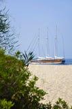 Embarcation de plaisance à côté du rivage arénacé Photos stock