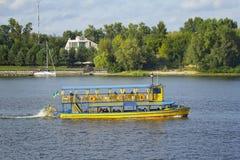 Embarcation de plaisance avec des personnes à bord Photographie stock