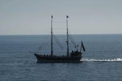 Embarcation de plaisance de pirate en mer Image stock