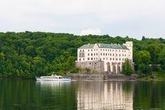 Embarcation de plaisance devant le château d'Orlik Photos stock