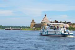 Embarcation de plaisance Millennium-1 sur le fond du jour en août Shlisselburg, Russie de forteresse d'Oreshek Images libres de droits