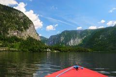 Embarcation de plaisance pendant le voyage par le lac alpin Hallstatt Vue vibrante scénique avec les montagnes et le fond de ciel photo stock