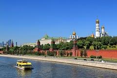 Embarcation de plaisance de rivière sur la rivière et Moscou Kremlin de Moscou images libres de droits