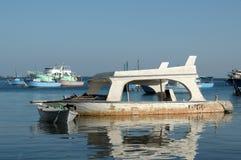 Embarcation de plaisance submergée cassée dans l'eau, Photographie stock