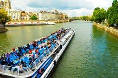 Embarcation de plaisance sur la Seine Image libre de droits