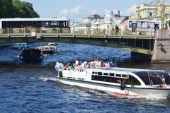 Embarcation de plaisance sur le Fontanka Photographie stock libre de droits
