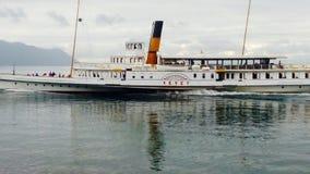 Embarcation de plaisance de vintage croisant sur le lac Image stock