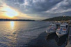 Embarcations de plaisance au pilier sur la rivière dans le matin d'automne dans Kyiv Ukraine Photos stock
