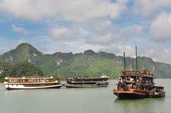 Embarcations de plaisance dans le compartiment de Halong Images stock