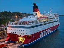 Embarkation кораблей к cruiseferry MS Gabriella линии Викинга в порте Mariehamn в сумраке, островов Aland, Финляндии стоковые изображения