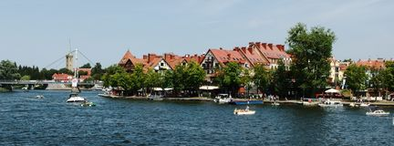 Embarkment Mikolajki πέρα από τη sniardwy λίμνη Στοκ εικόνα με δικαίωμα ελεύθερης χρήσης