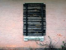 Embarqué vers le haut de la vieille fenêtre sur le mur rose du bâtiment Photos libres de droits