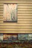 Embarqué vers le haut des hublots dans la maison abandonnée Photos stock