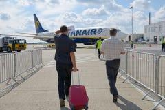 Embarque ao voo de Ryanair imagem de stock
