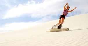 Embarque da areia da mulher na inclinação no deserto 4k video estoque