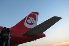 Embarque de Berlin Airbus A320 del aire en Milan Linate Imagenes de archivo