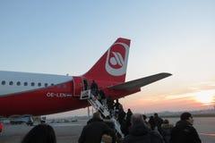 Embarque de Berlin Airbus A320 del aire en Milan Linate Fotos de archivo