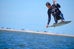 Embarque de cogida del viento del aire de la persona que practica surf de la cometa Fotografía de archivo libre de regalías