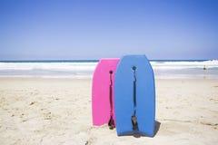 Embarque de la boogie en una playa escénica imágenes de archivo libres de regalías