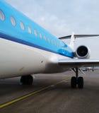 Embarque de un avión de reacción azul Fotografía de archivo