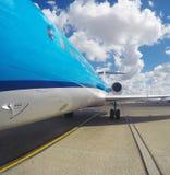 Embarque de un avión de reacción azul Imagen de archivo
