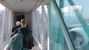 Embarque de un avión a través del puente del jet almacen de metraje de vídeo