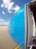 Embarque de un avión azul Imagen de archivo libre de regalías