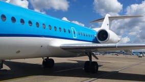 Embarque de un avión azul Foto de archivo