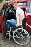 Embarque deficiente do homem em seu carro imagem de stock