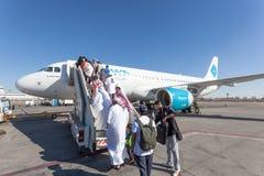 Embarque del aeroplano de Jazeera Airways en Kuwait Imagen de archivo libre de regalías