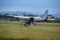 Embarque do paraquedista dentro de Piper Aircraft branca: Treinamento de salto de paraquedas Imagem de Stock Royalty Free