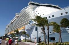 Embarque dos passageiros do navio de cruzeiros imagens de stock royalty free