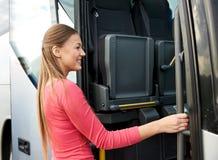 Embarque feliz do passageiro no ônibus do curso Imagem de Stock Royalty Free