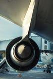 Embarque grande do avião no aeroporto internacional Imagem de Stock