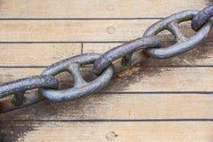 Embarque le détail de chaîne d'ancre sur le plancher sur le bateau Image libre de droits