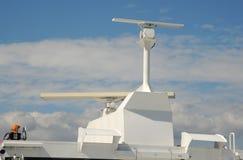 Embarque le système de radar sur un bateau de haute mer Images stock
