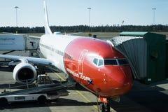 Embarque norueguês do avião no aeroporto de Gothenburg na Suécia Imagens de Stock Royalty Free