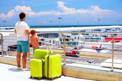 Embarque que espera en aeropuerto internacional, vacaciones de la familia para de verano Fotografía de archivo