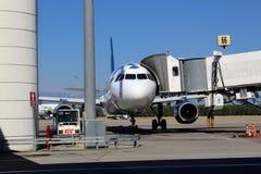 Embarquement à l'avion utilisant le pont en jet à l'aéroport international d'Antalya - juillet 2017 Photo stock