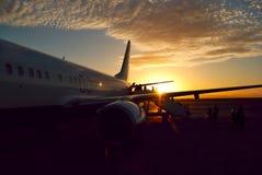 Embarquement d'aéronefs de coucher du soleil Image libre de droits