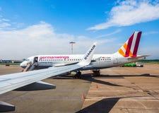 Embarquement d'Airbus A319 dans le hdr de Hambourg Images stock