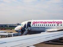 Embarquement d'Airbus A319 dans le hdr de Hambourg Images libres de droits