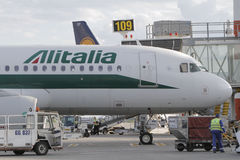 Embarquement d'Alitalia sur l'aéroport Image stock