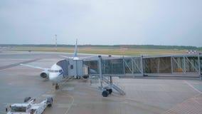 Embarquement d'homme sur l'avion par le pont en air banque de vidéos