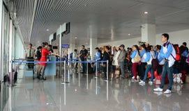 Embarquement de attente de personnes à l'aéroport de Tan Son Nhat dans Saigon, Vietnam Photo libre de droits