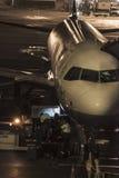 Embarquement de bagage sur l'avion Images libres de droits