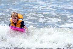 Embarquement de garçon en vague déferlante Photos libres de droits