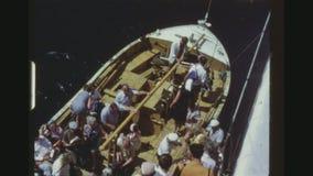 Embarquement de passagers de canot de sauvetage banque de vidéos